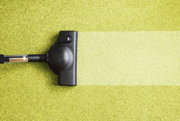 Пропылесосить ковры и другие свободные пространства в квартире